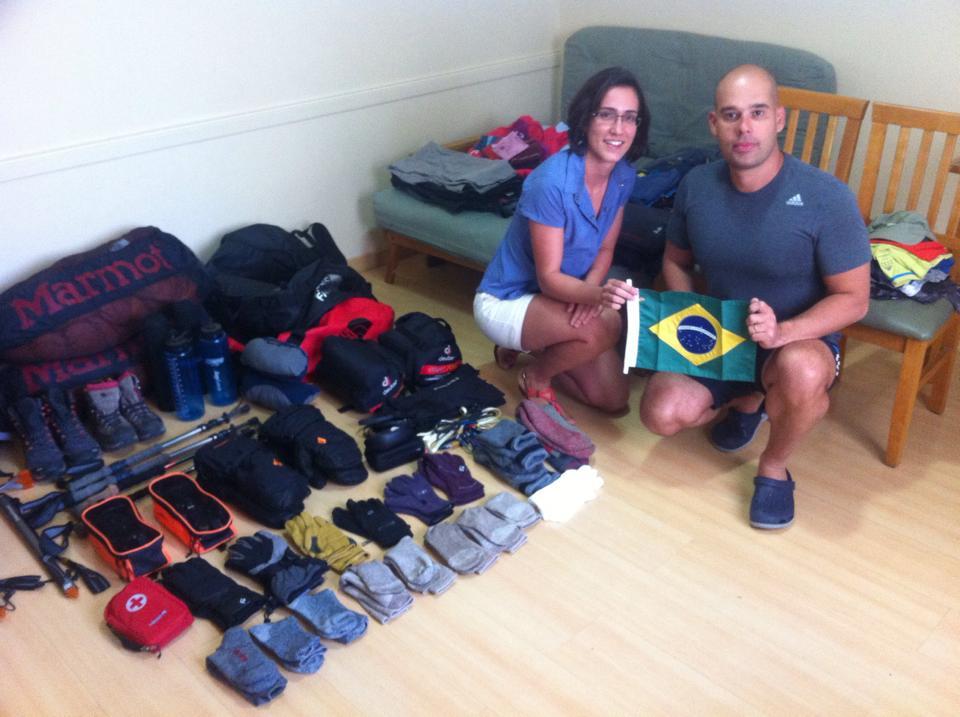 Michele bastos e Marcio moreira organizando o equipamento deles. (e que organização)