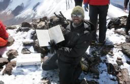 Alexande assinando o livro de cume do Vicuñas - Foto de Paula Kapp