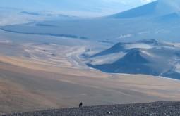 Aproximando o cume do Vicuñas - o começo da ascensão é bem seco - Foto de Gustavo Uria