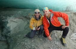 Bruno Novarini e Maximo dentro de greta enorme na base do glaicar viejo
