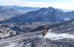 Caminho ao cume do Ojos del Salado, nestre trecho a 6550m nosso time termina a longa travessia até o cráter do vulcão - Foto de Gustavo Uria