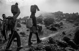 Carregadores-à-caminho-de-Lava-Tower-4700m-terceiro-dia-da-expedição