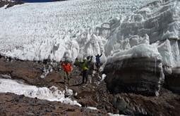 Conhecendo um glaciar próximo ao nosso acampamento de 5180m - Foto de Roseane Formenti