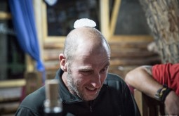Edu esfriando a cabeça em Uspallada, nosso primeiro jantar em terra apos a expedição - Foto de Gabriel Tarso