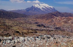 Este-é-o-Illimani-aqui-do-hotel-é-o-guardião-de-La-Paz-com-6438m-e-que-vamos-escalar-no-final-do-curso-em-Agosto-1024x7681