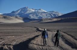 Estrada para o refúgio Atacama e Ojos del Salado ao fundo