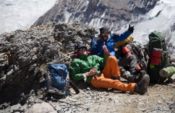 Galera descansando a 5300m, Roi Negri e Cedric Chamaillard - Foto de Gabriel Tarso