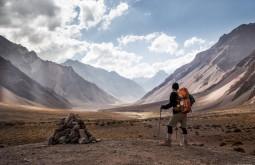 Gustavo olhando o que acabou de percorrer, 18 km deserticos da playa ancha que ficam na base do Aconcagua a 3700m - Foto de Gabriel Tarso