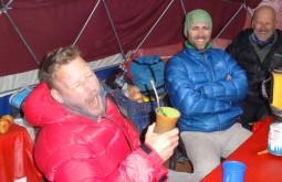 Jan Willems experimentando chimarrão pela primeira vez