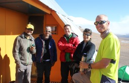 Javier, Pedro, Manolo, Paula e Gustavo no refúgio Murray - Foto de Diego Coco Calabro