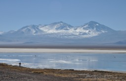 Laguna Santa Rosa e o Nevado Tres Cruces ao fundo
