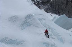 Maximo Kausch fixando cordas em parede de gelo no Tibet - Foto de Grace McDonald