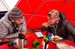 Maximo e Mike checando a previsão de tempo - Foto de Ashok Kipatri