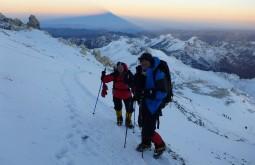 Nascer do sol e sombra do Aconcágua no fundo durante o caminho ao cume - Foto de James Shipton
