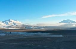 Nevado Ermitaño 6080m (esquerda) e o Nevado Laguna Verde (5750m) vistos desde o refúgio Murray - Foto de Joair Bertola