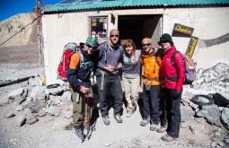 Nossa equipe de janeiro de 2014 frente ao médico de base a 4300m - Foto de Ashok Kipatri