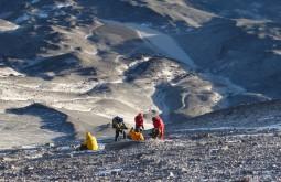 Nosso time descansando a 6600m no dia do cume, refúgio Tejos com 5840m está ao fundo - Foto de Gustavo Uria