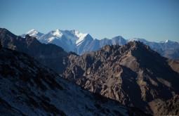O Nevado Plomo 6060m (esq.), e o Juncal com 5990m, ambas montanhas fazem a fronteira Chile-Argentina - Foto de Gabriel Tarso