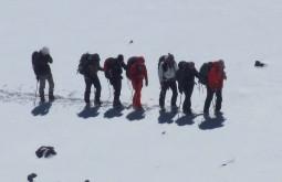 O líder da expedição Maximo Kausch abrindo caminho próximo ao cume do Vicuñas - Foto de Eduardo Tonetti