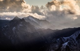 Raios de sol por tras de nuvens sobre o maciço catedral 5300m - Foto de Gabriel Tarso