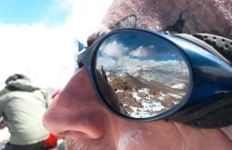 Reflexo da maravilhosa vista do cume do Vicuñas refletida nos óculos do Joair - Foto de Joair Bertola