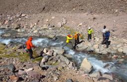 Trabalho em equipe para atravessar o rio blanco - Foto de Edu Tonetti