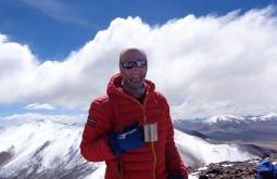 Um dos nossos guias Edu Tonetti no cume do Vicuñas com 6087m - Foto de Joair Bertola