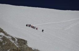 9 membros da nossa equipe vencendo os últimos 30 metros do cume - Foto de Bruno Novarini