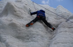 Felipe Magazoni escalando gelo - Foto de Tiago Oliveira