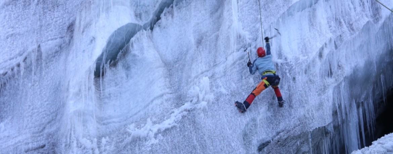 Mario Mele, repórter da Outside, escalando gelo