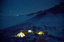 Noite-maravilhosa-em-Plaza-Canada-a-5050m-essas-são-nossas-barracas-durante-as-primeiras-horas-da-noite-de-frio-negativo-no-nosso-primeiro-acampamento-no-Aconcágua-em-Fevereiro-de-2015