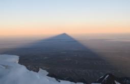 Sombra do Huayna Potosi projetada por 50km - Foto de Paula Kapp