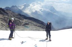 Angela e Paula próximas ao cume do Charkini com 5300m - Foto de Pedro Hauck (1)
