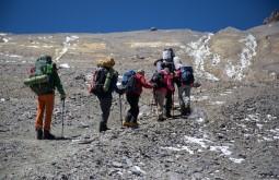 ACONCAGUA - Galera subindo para Nido de Condores a 5500m, o segundo acampamento na montanha - Foto Gabriel Tarso