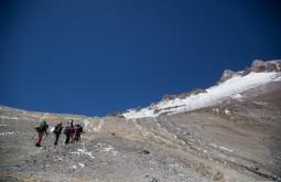 ACONCAGUA - Galera subindo para Nido de Condores a 5500m, o segundo acampamento na montanha.jpg 2 - Foto Gabriel Tarso