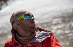ACONCAGUA - Maximo Kausch e seu Julbo Stunt a 5300m, o Aconcágua está refletido no óculos 4 - Foto Gabriel Tarso