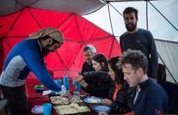 ACONCAGUA - Nosso guia Jorge Spur servindo pizza a 4300m - Foto Gabriel Tarso