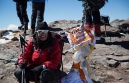 ACONCAGUA - Uma alpinista chilena que esteve proxima a nossa expedição comemorando no cume - Foto Gabriel Tarso