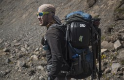 ELBRUS - Maximo carregando equipamentos no Elbrus - Foto Gabriel Tarso