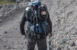 ELBRUS - Maximo carregando equipamentos no Elbrus2 - Foto Gabriel Tarso