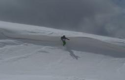 Jovani pulando uma cornisa de neve a 5350m a 25 graus negativos no monte Parofes - Esta foi somente a nossa aproximação até o acampamento de ataque que instalamos a 5420m - Foto de Pedro Hauck