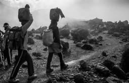 KILI - Carregadores à caminho de Lava Tower, 4700m terceiro dia da expedição - Foto Gabriel Tarso