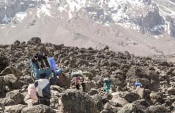 KILI - Carregadores meio de um campo de boulders a 3800m próximo ao acampamento Shira - Foto Gabriel Tarso
