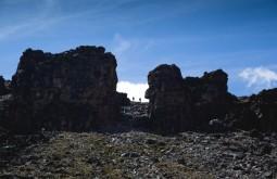 KILI - Dupla de trekkers passando por lava tower a 4650m - Foto Gabriel Tarso