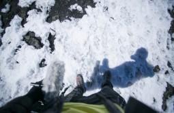 KILI - Gabriel pisando na neve do cume - Foto Gabriel Tarso