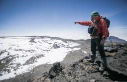 KILI - Maximo apontando a outra borda do cume - Foto Gabriel Tarso