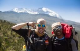 KILI - Maximo e Teacher a 3200m e o Kili no fundo - Foto Gabriel Tarso