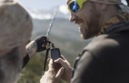 KILI - Maximo e Ziller checando o GARMIN GPSMap 64s no Kilimanjaro - Foto Gabriel Tarso