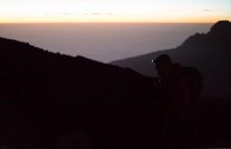 KILI - Maximo e a sua lanterna no nascer do sol durante o dia de cume - Foto Gabriel Tarso