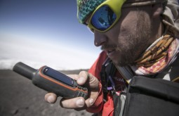 KILI - Maximo e o seu GARMIN GPSMap 64s no cume do Kili - Foto Gabriel Tarso